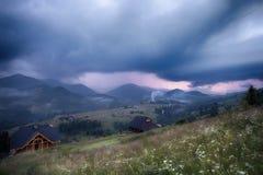Gebirgsländliche Landschaft im Gewitter Stockbild