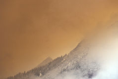 Gebirgsmorgens Nebel Lizenzfreie Stockbilder
