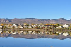Gebirgsnachbarschaft reflektiert im Wasser Lizenzfreies Stockfoto