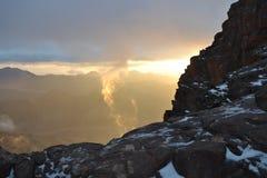 Gebirgsnahaufnahme, Höhepunkt des Landes, goldener subtiler Himmel Stockfotografie