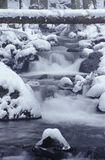 Gebirgsnebenfluß im Winter Lizenzfreies Stockfoto