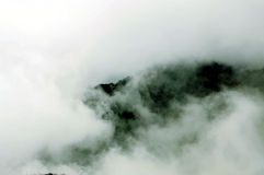 Gebirgsoberseite und -wolken stockfotos
