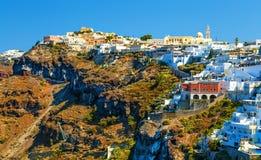 Gebirgsoberstes griechisches Dorf von Fira auf dem Abhang, Santorini stockfotos