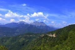 Gebirgspanoramische Landschaft der felsigen Kanten von Montenegro überwuchert mit dichtem Wald lizenzfreies stockbild