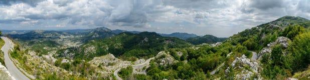 Gebirgspanoramische Landschaft und -straße im Sommer Montenegro, Europa Stockfotos