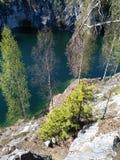 Gebirgspark Ruskeala in Karelien, Russland See in der Schlucht stockbild