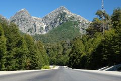 Gebirgspass entlang Straße im Patagonia stockfotografie