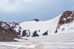 Gebirgspass, Gletscher, bewölkter Himmel Stockfotos