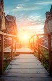 Gebirgspfad auf einem Sonnenunterganghintergrund Lizenzfreie Stockbilder