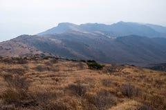 Gebirgspfade und Ebene auf dem Gebirgsrücken Stockbild