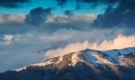 Gebirgsrücken über den Wolken Lizenzfreie Stockfotos
