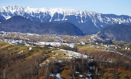 Gebirgsrücken und hohe Hügel in Rumänien Stockbild