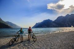Gebirgsradfahrende Frau und junges Mädchen Stockfotografie