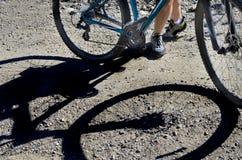 Gebirgsradfahrender Schatten des Reiters und des Fahrrades Lizenzfreies Stockfoto