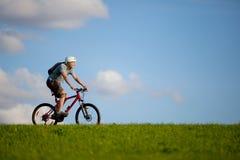 Gebirgsradfahrer. Lizenzfreie Stockbilder