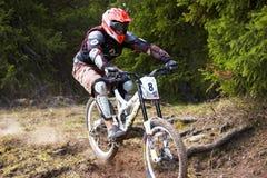 Gebirgsradfahrer auf abschüssigem rce Lizenzfreies Stockbild