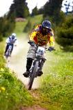 Gebirgsradfahrer auf abschüssigem rce Lizenzfreie Stockfotografie
