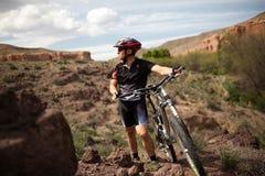 Gebirgsradfahrer in der Schlucht Lizenzfreie Stockfotos