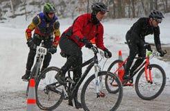 Gebirgsradfahrer, die im Winterrennen konkurrieren lizenzfreies stockbild