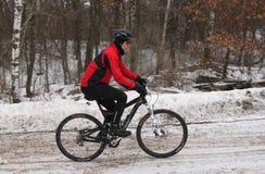 Gebirgsradfahrer im Winter stockbild