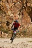 Gebirgsradfahrerlaufen Stockfoto