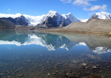 Gebirgsreflexion auf Seewasser mit blauem Himmel Stockfoto