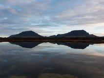 Gebirgsreflexion in Island Stockfotografie