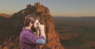 Gebirgsreise, Mann, der ein Foto im montain macht Lizenzfreie Stockfotos