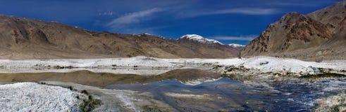 Gebirgssalzsee: zum blauen Vorderwasser mit einem Spiegelbild des Berges und der Schale des Steinsalzes, in den entfernten braune Stockfotografie