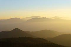 Gebirgsschattenbilder bei Sonnenuntergang mit Dunst Lizenzfreie Stockfotos