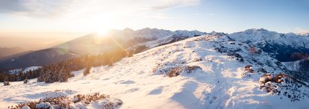Gebirgsschneebedeckte Landschaft bei Sonnenuntergang Lizenzfreie Stockfotografie