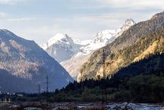 Gebirgsschneller Fluss unter den großen Bergen stockbilder