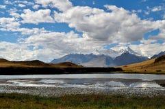Gebirgssee mit schneebedeckten Spitzen Stockfoto