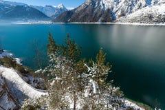 Gebirgsseeblick-Schneelandschaft in den Alpen, Österreich, Achensee, Tiro Stockfotografie