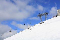 Gebirgsskiort in Österreich, in der Natur und im Sporthintergrund Stockbild