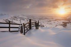 Gebirgssonnenaufgang im Schnee Lizenzfreie Stockfotos