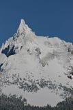 Gebirgsspitze mit Schnee Stockbild