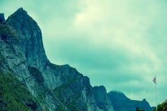 Gebirgsspitze umrissen mit bewölktem Himmel Lizenzfreies Stockbild