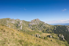 Gebirgsspitzen bedeckt in der Vegetation und im Felsen Stockfoto