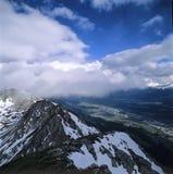 Gebirgsspitzenhorizont-Wolken Stockfotos