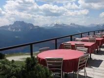 Gebirgsspitzenrestaurant in den Alpen nähern sich Cortina (Rifugio Faloria) Stockbilder