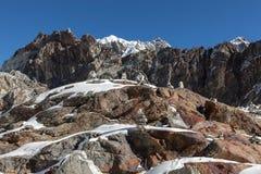 Gebirgssteinhaufen auf Weg niedrigen Lagers Everest herein Lizenzfreie Stockfotos