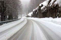 Gebirgsstraße abgedeckt durch Schnee Lizenzfreie Stockfotografie