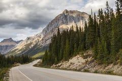 Gebirgsstraße auf Kanadier Rocky Mountains Stockfotografie