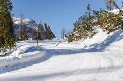 Gebirgsstraße bedeckt im Schnee Stockbilder