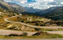 Gebirgsstraße in die Schweiz-Alpen lizenzfreies stockfoto
