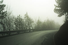 Gebirgsstraße an einem nebeligen Tag Stockfotos