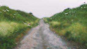 Gebirgsstraße im Regen vom Auto stock video