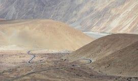 Gebirgsstraße in Ladakh, nördlich von Indien stockbild