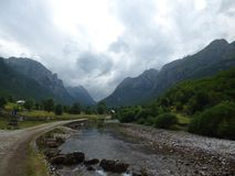 Gebirgsstraße und -fluß in Montenegro stockbild